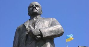 Statue-of-Lenin-in-Nizhyn-Ukraine-wikimedia