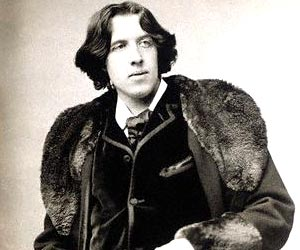 Oscar_Wilde_sitting_portrait